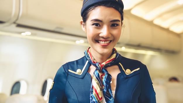 Personale di cabina o hostess che lavora in aereo. trasporto aereo e concetto di turismo.