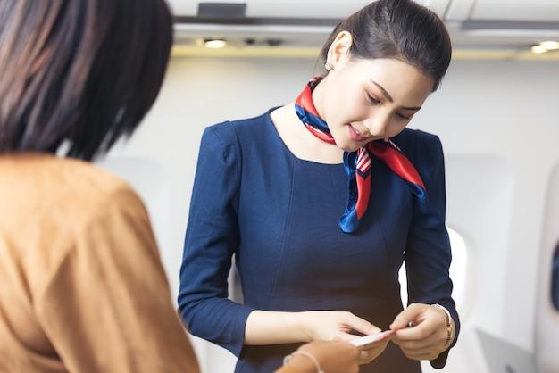Saluto dell'equipaggio di cabina e controllo delle informazioni di volo del passeggero in aereo