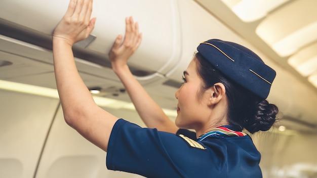 Bagagli dell'ascensore dell'equipaggio di cabina in aereo trasporto aereo e concetto di turismo.