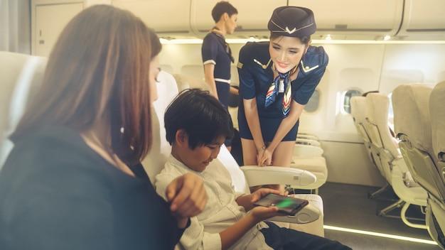 L'equipaggio di cabina fornisce servizi alla famiglia in aereo