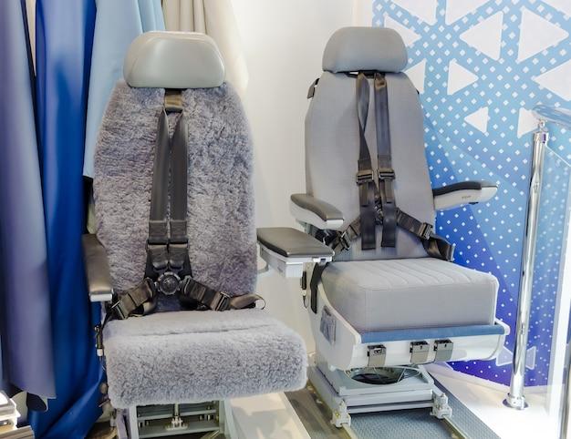 La cabina del moderno aereo di linea passeggeri, nessuno, pilota automatico, cielo blu fuori dalla finestra.