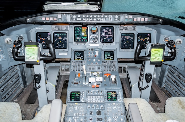 Vista degli aerei dei piloti di cabina del parabrezza, dei volanti, dei dispositivi di controllo.