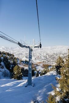 Funivia della stazione sciistica di beldersay nelle montagne dell'uzbekistan in inverno