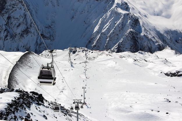Funivia tra le montagne innevate del caucaso monte elbrus