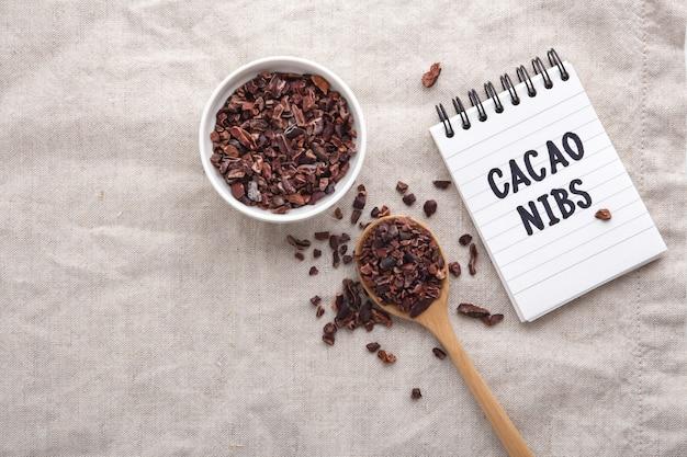 Pennini di cacao sul tavolo, vista dall'alto con spazio di copia