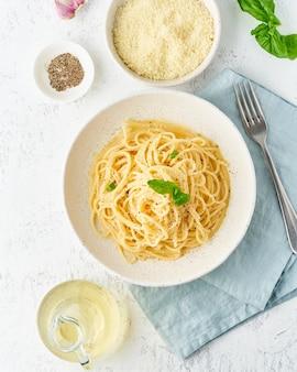 Pasta cacio e pepe. spaghetti con parmigiano e pepe.