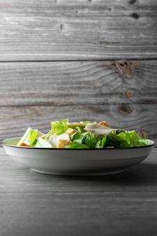 Caesar salad verdure verdi e petto di pollo al pepe nero per gli amanti della salute