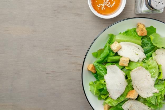 Caesar salad di verdure verdi e petto di pollo al pepe nero con olio di sesamo per gli amanti della salute