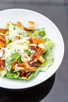 Caesar salad sulla zolla bianca