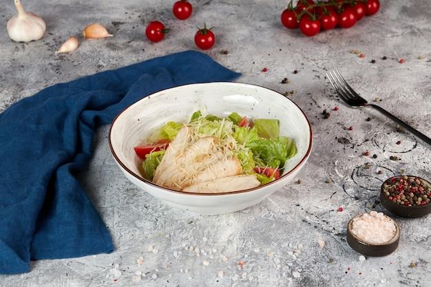 Caesar salad con pollo e crostini di pane
