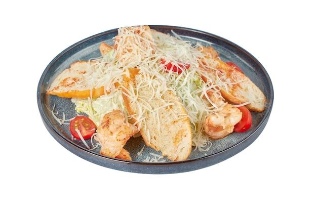 Insalata caesar con gamberi, piatto del ristorante, immagine isolata