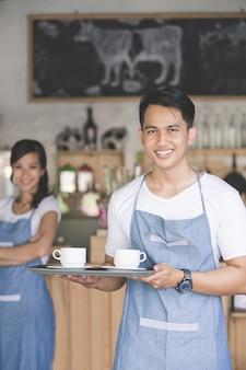 Dipendente cafe al lavoro