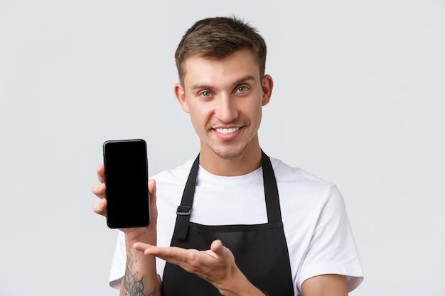 Caffè e ristoranti proprietari di caffetterie e concetto di vendita al dettaglio bello amichevole cameriere sorridente venditore...