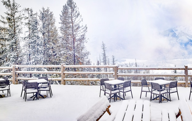 Caffe in montagna in inverno, nevoso.