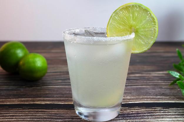 Caipirinha una tipica bevanda al limone brasiliana messa a fuoco selettiva