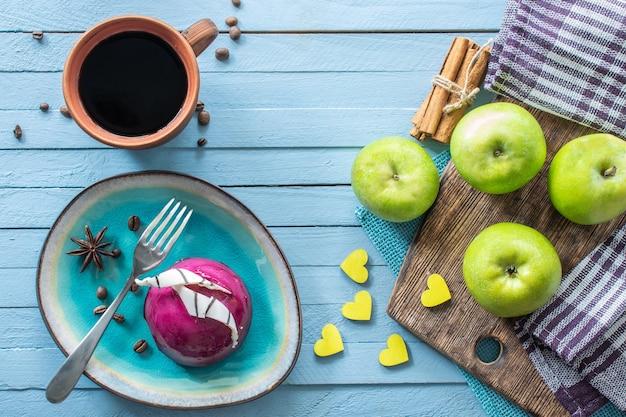 Torta di mele e una tazza di caffè nero su uno sfondo di legno dessert per colazione vista dall'alto