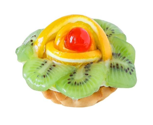 Cestino di torta con kiwi, arance e ciliegia isolato su sfondo bianco con tracciato di ritaglio.