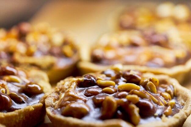 Cestino di torta con noci riempito con caramello e latte condensato. sfondo da vicino