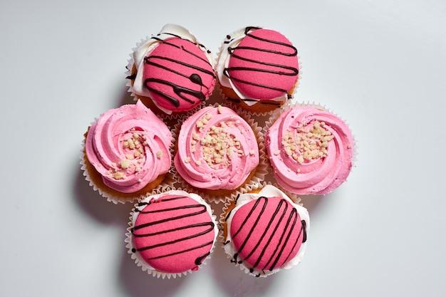 Torta dessert deliziosi muffin con crema rosa