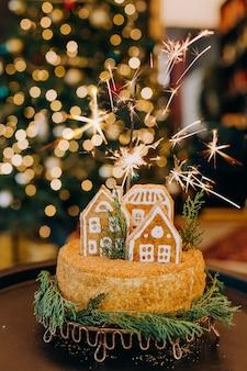 Torta dolce dolce natale festivo miele con figura di casa di marzapane