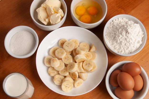 Ingredienti torta - banana, uova, farina di frumento, burro, margarina, latte
