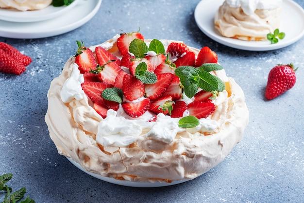Torta pavlova con meringa, fragole e panna