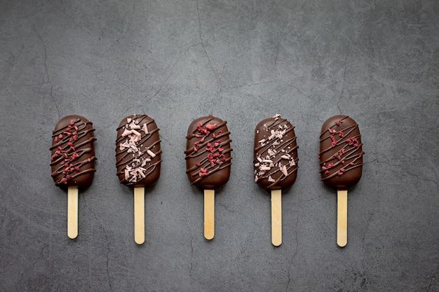 Cake pops in glassa al cioccolato sotto forma di gelato torta ghiacciolo concept food