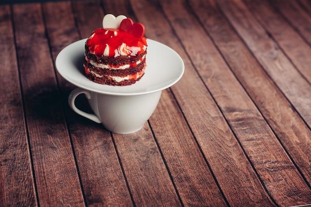 Fondo di legno di godimento del dessert della delicatezza dei dolci del piattino della torta