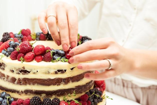 Torta con frutti di bosco, decorare, concetto di matrimonio