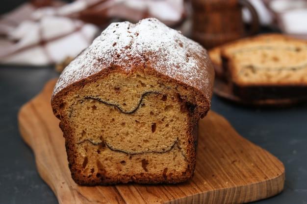 Torta al cacao situata su una fondente, sul taglio della torta a strisce di cacao