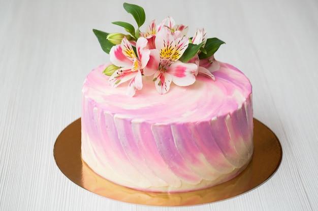 Torta con decorazioni rosa e fiori