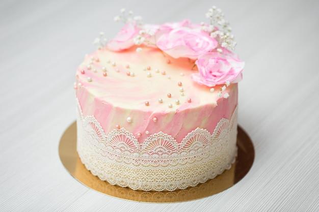 Torta con rose rosa