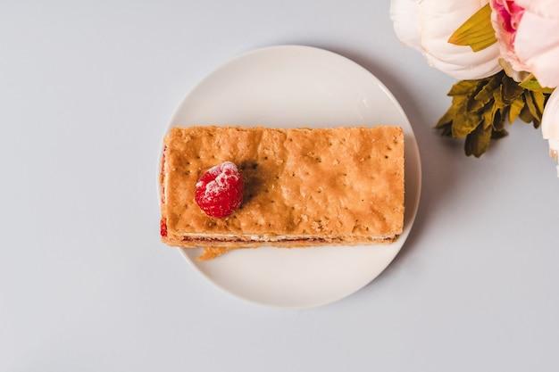 Torta con lamponi e minimalismo strato di crema