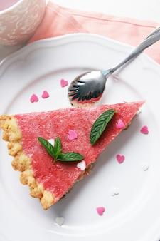Torta con gelatina di fragole con menta e cuori