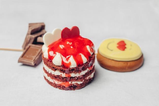 Torta con dolci dolci dessert delizia spuntino sfondo chiaro