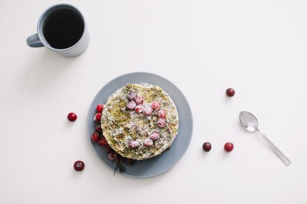 Torta con frutti di bosco e una tazza di tè