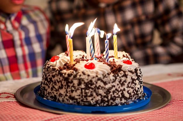 Le candeline delle torte vengono spente le candeline di compleanno nel vento tutti vogliono provarle sembra così appetitoso...