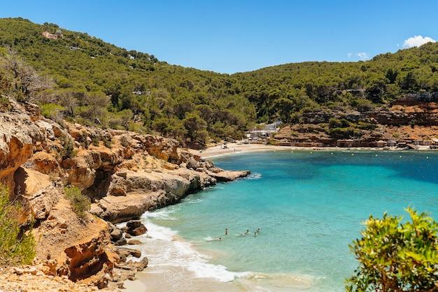 Spiaggia idilliaca mediterranea di cala salada e saladeta a ibiza, spagna