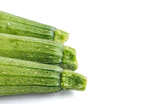 Calabacitas o calabacines con fondo bianco dia mundial del vegano