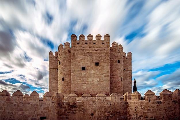 Torre della calahorra a córdoba, con nuvole e cielo blu