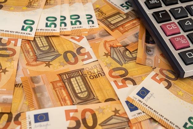 Calcualtor sul denaro europeo come sfondo finanziario. scambio