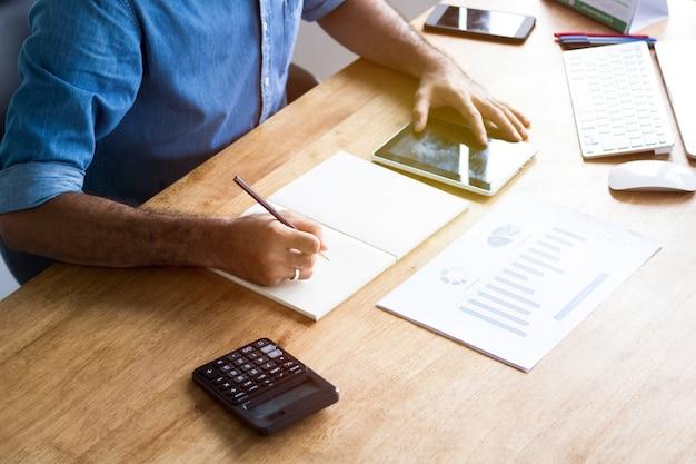 Calcola il budget e il concetto di pianificazione aziendale, le persone contano le entrate e le spese