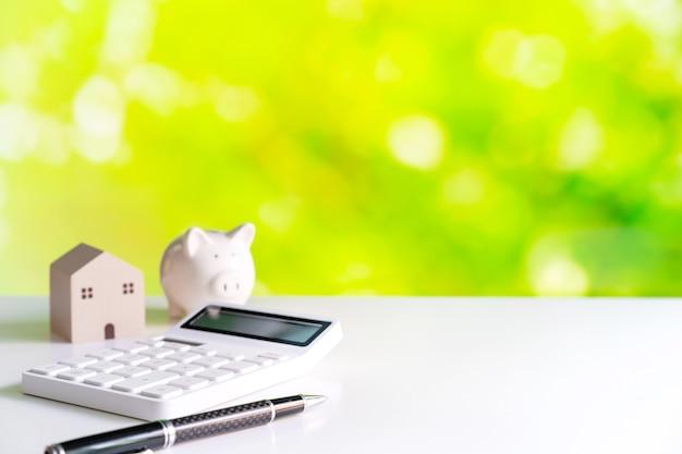 Calcolo delle spese domestiche e risparmio di denaro con sfondo verde della natura e spazio di copia