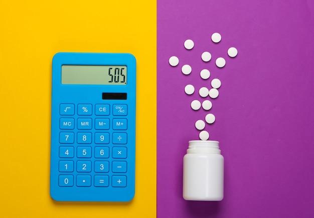 Calcolo del costo delle spese mediche. calcolatrice e bottiglia di pillole su sfondo giallo viola. sos. vista dall'alto. minimalismo
