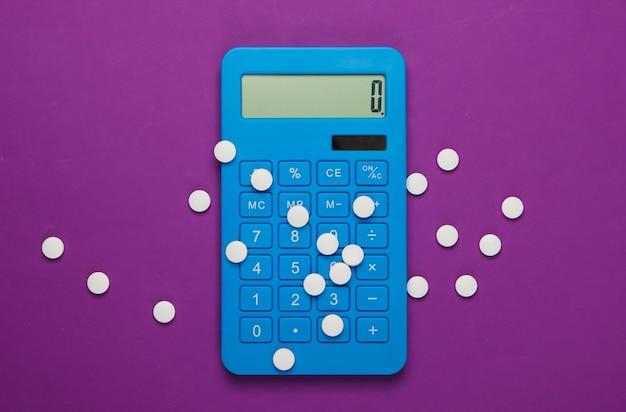 Calcolo del costo delle spese mediche. calcolatrice e pillole sulla porpora. minimalismo