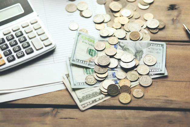 Calcolatore sul libretto di banca con banconota da un dollaro