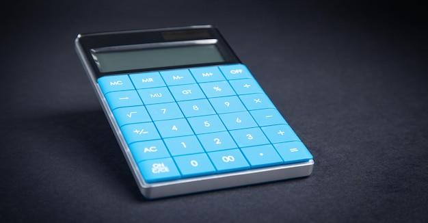 Calcolatrice sullo sfondo nero.