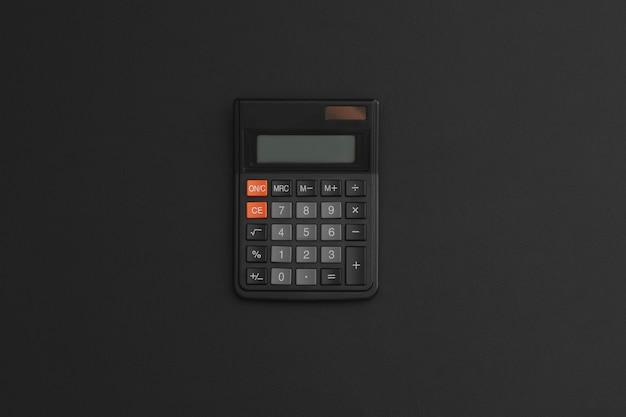 Calcolatrice su fondo in pelle nera. di nuovo a scuola