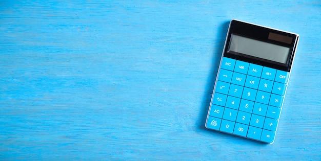 Calcolatrice su sfondo blu.