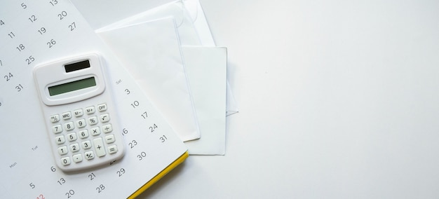Calcolatrice sul calendario su un gruppo di lettere di fattura e-mail dalla banca su sfondo bianco